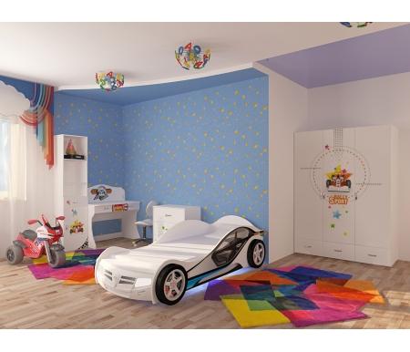 Детская комната Спорт (Sport) (комплектация 1)Готовые наборы<br>Детская комната Спорт (Sport)станет чудесным подарком для ребенка. <br>  <br> В конструкции мебели применяется ДСП немецкого производства, покрытый современными эмалями, благодаря которым за поверхностями мебели легко ухаживать. Для производства используются исключительно экологически чистые материалы. <br>  <br> Рисунки нанесены акриловыми красками - они не выгорают на солнце и ребенок их никак не отклеит, это безопасный материал. <br>  <br> В комплект входит: кровать-машина La-man, стеллаж узкий, шкаф, комод и стол. <br>  <br> Вы можете сформировать детскую комнату самостоятельно и добавить к комплектутумбу прикроватную,стол с надстройкой,кровать классическую,шкаф двухдверныйилистеллаж угловой.<br><br>Размер спального места: 90 см х 160 см<br>Габариты кровати 90 х 190: 181 см х 110 см<br>Размер спального места: 90 см х 190 см<br>Габариты кровати 90 х 160: 210 см х 110 см<br>Высота кровати: 66 см<br>Комод: 75,2 см х 40,2 см х 81,7 см<br>Стеллаж узкий: 45,2 см х 36,6 см х 196,7 см<br>Шкаф: 137,7 см х 60 см х 196,7 см<br>Стол: 100 см х 60 см х 108,5 см<br>Материал: ДСП<br>Цвет корпуса: белый