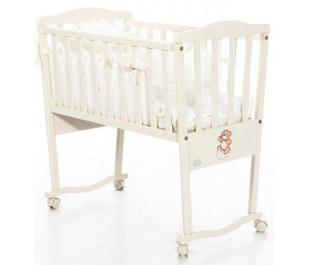 Колыбель Bambolina Artist слоновая костьКроватки для новорожденных<br>Bambolina Artist – это колыбельки, которые созданы для ярких малышей. Они выглядят комфортабельно и уютно. Кроватка выполнена из массива бука в цвете слоновой кости. Декоративные подушечки, входящие в комплект к кроватке, придают изделию дополнительный уют. На кроватках красуется мишка – милый и забавный персонаж, который точно понравится не только малышу, но и его родителям.<br> <br>  Характеристики: <br>    <br>   - изящный дизайн; <br>    <br>   - использование удобных колесиков; <br>    <br>   - покрытие безопасными красками;<br> <br> <br>- качание не предусмотрено.<br>