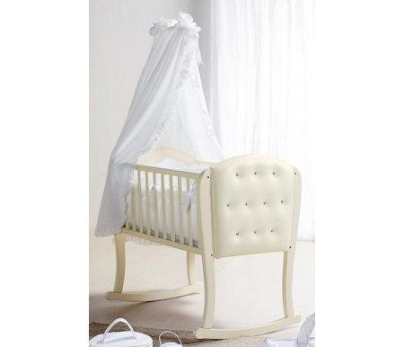 Колыбель Bambolina Firenze слоновая костьКроватки для новорожденных<br>Bambolina Firenze - это кроватка, любимая малышами. Все дети хотят полетать в облаках. Компания Bambolina предоставляет им такую возможность. Детские кроватки подобны на небольшие облака, находящиеся в небе над Италией. Они раскрашиваются восходящим солнцем в розовый и голубой цвета. КолыбелькаBambolinaFirenzeобтянута мягким материалам, на котором так удобно лежать малышу. Кроме того, они украшаются стразами отSwarovski, что придаёт изделию необыкновенное сияние. Кроватки имеют очень элегантные и красивые очертания, которые в чём-то повторяют линии колыбелек, распространённых в Италии в начале 20 века.<br><br><br><br>Характеристики:<br>  <br>- использование натуральных материалов: выдержанный массив бука;<br>  <br>- используются нетоксичные лаки и краски;<br>  <br>- использование колёсиков, которые можно снимать при необходимости;<br>  <br>- декорирование стразами отSwarovski.<br>    <br>  <br>    <br>  Вес с упаковкой: 18 кг.<br>