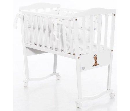Колыбель Bambolina Raffy белаяКроватки для новорожденных<br>Кровать Bambolina Raffy – это произведения мебельного искусства, выполненное в белом цвете. На кроватке есть нарисованный жираф – этот милый рисуночек придётся по вкусу всей семье.<br>   <br>    Характеристики:<br>          <br>        - использование натуральных материалов;<br>          <br>        - колесики оснащены тормозом;<br>      <br>    - спинки и бока окрашиваются безопасными красками;<br>      <br>    <br>          <br>        Размеры спального места: 42 см х 83 см.<br>        <br>      Материал: массив бука.<br>