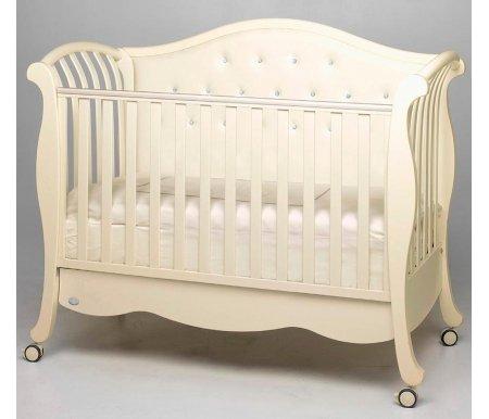 Кровать Bambolina Divina Lux Cristallo слоновая костьКроватки для новорожденных<br>Divina Luxe Cristallo – это кроватка, чей стиль отличается нежностью и некоторой романтичностью. Произведена она итальянской компаниейBambolina, фирмой, специалисты которой знают толк в детской мебели. Такая кроватка украсит интерьер любой детской комнатки. Она выполнена в ненавязчивой расцветке, которую дополняет очаровательное сияние кристаллов отSwarovski. Однако положительные стороны нисколько не ограничиваются красотой декора: данная детская кроватка очень функциональна для ежедневного использования. Высота бортика и ложа регулируется, что обеспечит вашему малышу полную безопасность, а внизу кроватки расположен ящичек для белья.<br><br>Характеристики:<br>  <br>- безопасные лаки и краски;<br>  <br>- два уровня регулируемого ложа;<br>  <br>- возможность превращения кровати в диванчик, благодаря регулируемому бортику;<br>  <br>- кроватка украшена стразамиSwarowski;<br>  <br>- в комплекте к кроватке поставляется ящик для белья;<br>  <br>- на бортиках установлены мягкие накладки с силиконовым наполнителем;<br>  <br>- кроватка выполнена массива бука с элементами МДФ.<br>  <br><br>  <br>Bambolina - это европейское качество, итальянская красота. Производитель из Италии обращает пристальное внимание не только на качество материалов, из которых создаются детские кроватки, но и на внешний вид.Bambolinaприменяет в производстве дерево и МДФ. Материалы полностью соответствуют высоким европейским стандартам и прошли все стадии контроля: они не вызовут у ребёнка аллергии. Краски и лаки, наносящиеся на спинки кроватей, не содержат агрессивных токсинов и обладают высокой износостойкостью, поэтому родители могут не беспокоиться ни за покраску, ни за здоровье своего малыша. Специалисты изBambolinaсчитают, что всё гениальное должно быть простым и надёжным: именно поэтому бортики отлично регулируются, между ламелями соблюдается безопасное расстояние.<br>