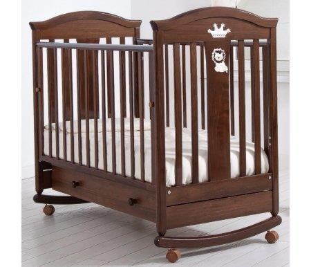 Кровать детская на колесиках с дугой для качания Даниэль орехКроватки для новорожденных<br>Детская кроватка Даниэль имеет дуги-полозья для раскачивания и две пары съемных колесиков для более легкого перемещения кроватки в необходимом направлении. <br>Так же данная кроватка украшена аппликацией царя зверей и его короной с вкраплением кристаллов Swarovski.<br>