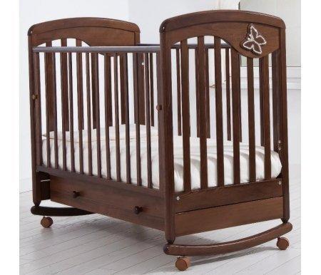 Кровать детская на колесиках с дугой для качания Джулия Бабочка орехКроватки для новорожденных<br>Детская кроватка Джулия Бабочка имеет дуги-полозья для раскачивания и две пары съемных колесиков для более легкого перемещения кроватки в комнатном пространстве. <br>На кроватке установлены силиконовые накладки для верхних перекладин, бортик который можно опускать или снимать.<br> <br>Так же данная модель украшена элегантной аппликацией в форме бабочки, декорированной кристаллами Swarovski.<br>