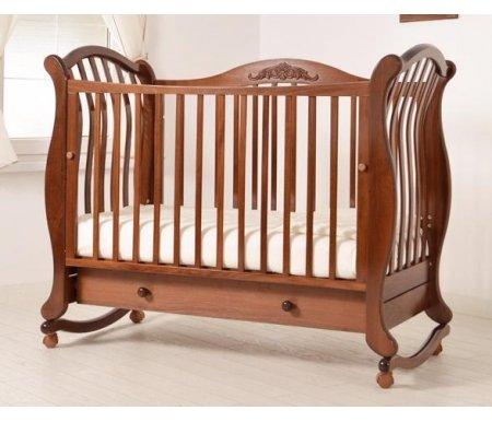 Кровать детская на колесиках с дугой для качания Габриэлла Люкс орехКроватки для новорожденных<br>Детская кроватка Габриэлла Люкс имеет дуги-полозья для раскачивания и две пары съемных колесиков для более легкого перемещения кроватки в комнатном пространстве. <br>Так же кроватка украшена элегантной резьбой.<br>