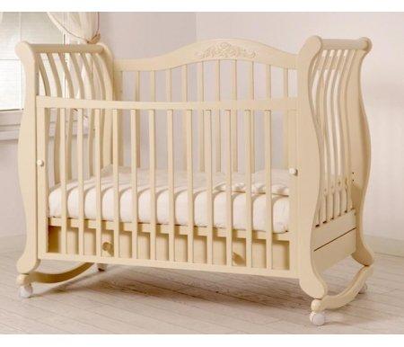 Кровать детская на колесиках с дугой для качания Габриэлла слоновая костьКроватки для новорожденных<br>Детская кроватка Габриэлла имеет дуги-полозья для раскачивания и две пары съемных колесиков для более легкого перемещения кроватки в комнатном пространстве. <br>Передняя стенка кроватки может опускаться или вовсе сниматься.<br> <br>Спинка украшена резьбой.<br>