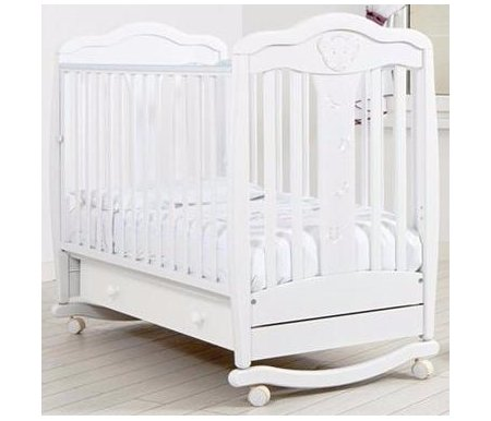Кровать детская на колесиках с дугой для качания Мишель белыйКроватки для новорожденных<br>Детская кроватка Мишель имеет дуги-полозья для раскачивания и две пары съемных колесиков для более легкого перемещения кроватки в комнатном пространстве. <br>Так же данная кроватка украшена элегантными аппликациями в форме мишки, звездочек и полумесяцев которые декорированы кристаллами Swarovski.<br>