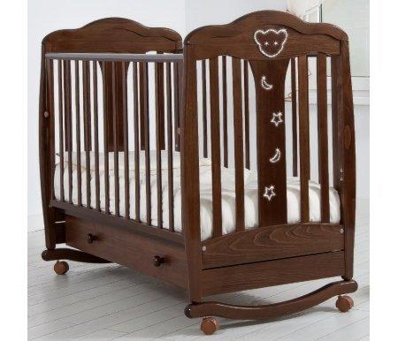 Кровать детская на колесиках с дугой для качания Мишель орехКроватки для новорожденных<br>Детская кроватка Мишель имеет дуги-полозья для раскачивания и две пары съемных колесиков для более легкого перемещения кроватки в комнатном пространстве. <br>Так же данная кроватка украшена элегантными аппликациями в форме мишки, звездочек и полумесяцев которые декорированы кристаллами Swarovski.<br>