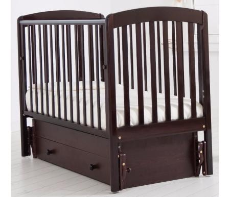 Кровать детская с универсальным маятником Чу-ча махагонКроватки для новорожденных<br>Кровать детская с универсальным маятником Чуча позволяет раскачивать ложе новорожденного в 2-х направлениях: в продольном и поперечном (направление выбирается при сборке кроватки). <br>Амплитуда движения маятника ограничена, также при отсутствии необходимости в качании кроватки специальный фиксатор сделает ее неподвижной. <br> <br>Передняя стенка кроватки может сниматься и опускаться, а ложе можно расположить в 2 положениях по высоте на выбор.<br>