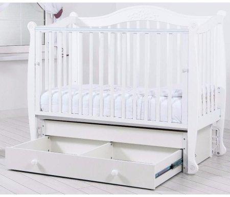 Кровать детская с универсальным маятником Моника белыйКроватки для новорожденных<br>Кровать детская с универсальным маятником Моника позволяет раскачивать ложе новорожденного в 2-х направлениях: в продольном и поперечном (направление выбирается при сборке кроватки). <br>Передняя стенка кроватки может опускаться и сниматься при необходимости.<br> <br>Силиконовые накладки на верхние перекладины кроватки необходимы для защиты десен малыша и поверхности кроватки. <br> <br>Аппликативный орнамент в декоре изголовий подобран в тон самого изделия.<br>