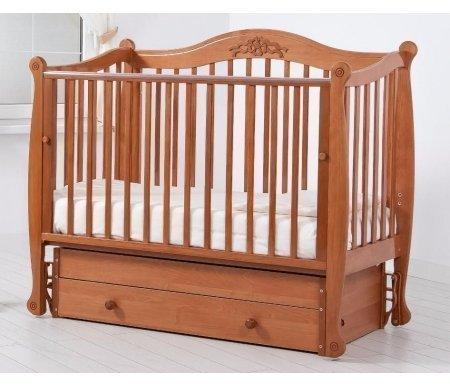 Кровать детская с универсальным маятником Моника вишняКроватки для новорожденных<br>Кровать детская с универсальным маятником Моника позволяет раскачивать ложе новорожденного в 2-х направлениях: в продольном и поперечном (направление выбирается при сборке кроватки). <br>Передняя стенка кроватки может опускаться и сниматься при необходимости.<br> <br>Силиконовые накладки на верхние перекладины кроватки необходимы для защиты десен малыша и поверхности кроватки. <br> <br>Аппликативный орнамент в декоре изголовий подобран в тон самого изделия.<br>