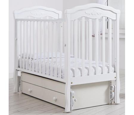 Кровать детская с универсальным маятником  Шарлотта белыйКроватки для новорожденных<br>Кровать детская с универсальным маятником Шарлотта позволяет раскачивать ложе новорожденного в 2-х направлениях: в продольном и поперечном (направление выбирается при сборке кроватки). <br>Переднюю стенку кровати можно снимать или опускать для более удобного контакта с ребенком.<br> <br>На верхнюю часть перекладин наложены силиконовые накладки для защиты десен малыша. <br> <br>Аккуратный резной орнамент на изголовьях кровати напоминает о французской утонченности и изысканности.<br>