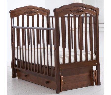 Кровать детская с универсальным маятником  Шарлотта орехКроватки для новорожденных<br>Кровать детская с универсальным маятником Шарлотта позволяет раскачивать ложе новорожденного в 2-х направлениях: в продольном и поперечном (направление выбирается при сборке кроватки). <br>Переднюю стенку кровати можно снимать или опускать для более удобного контакта с ребенком.<br> <br>На верхнюю часть перекладин наложены силиконовые накладки для защиты десен малыша. <br> <br>Аккуратный резной орнамент на изголовьях кровати напоминает о французской утонченности и изысканности.<br>