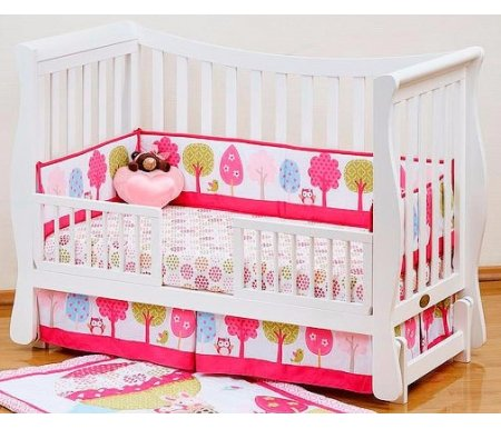 Кровать Fresco whiteКроватки для новорожденных<br>Детская кроватка Giovanni Fresco выполнена в нежных тонах, которые украсят вашу спальню или детскую комнату. Изделие легко трансформируется в диванчик или игровую замкнутую площадку, безопасную для ребенка.<br>  <br><br>  <br><br><br>Характерные особенности:<br><br>•Изящество формы.<br><br>•Удобные округлые, изогнутые боковые стенки, что придает кроватке практичность.<br><br>•Плавность линий и мягкие, безопасные углы.<br><br>•Использование возможностей трансформера (3 в 1).<br><br>•Возможность перемещения матраса на три разных по высоте уровня.<br><br>•Верхний уровень – для самых крошечных малышей, нижний – для превращения кроватки в игровую площадку.<br>  <br><br>  <br><br><br>Изделие предназначено для детей от рождения и до семилетнего возраста.<br><br>Размеры основания – 120х60.<br><br>В комплект входят два защитных бортика.<br><br>Используется только экологически чистый массив новозеландской сосны. Для этого вида древесины характерны эластичность, чистота рисунка, глубина и структурированность материала.<br>