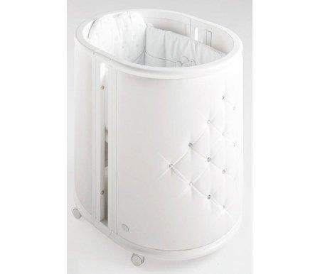 Кровать-колыбель Bambolina Perla белаяКроватки для новорожденных<br>Колыбель для новорожденного малыша совмещает в себе еще и кроватку, это инновационная идея трансформера. Изготовлена колыбель из натурального бука, покрытого гипоаллергенным и нетоксичным лаком. Колесики самоцентрирующиеся. Колыбель имеет мягкую, нежную обивку и украшена стразами Swarovski. Она выглядит необычайно нежно, стильно, воздушно. Идеально впишется в интерьер любой детской комнаты и отлично украсит ее.<br>  <br><br>  <br> Здоровый сон вместе с Bambolina. Дарите своим малышам только самое лучшее! Новая линейка товаров от итальянской компании Bambolina поражает своим многообразием. Здесь вы найдете множество полезных товаров для своих малышей. О выборе кроватки для ребенка необходимо позаботиться в первую очередь. Ведь от этого зависит качественный сон вашего малыша и здоровье в целом. Поэтому кроватка должна быть не только красивой, но и функциональной, выполненной из натуральных природных материалов. Колыбели и кроватки от этого производителя отличаются отменным и высоким качеством. Специалисты компании учли все потребности современных мам при разработке своих изделий. Романтичные, нежные кроватки заставляют влюбиться в них буквально с первого взгляда. Они выполнены из натурального дерева и чистого стопроцентного хлопка, украшены стильной резьбой, нарядными кружевами и прекрасной вышивкой. <br>  <br> <br>  <br> В комплекте идут: <br>  <br> - матрасик для колыбели; <br>  <br> - матрасик для кроватки; <br>  <br> - бортики для кроватки.<br> <br>Размер в разложенном виде(ДхВхШ): 164 см х 89 см х 78 см. <br>  <br> Вес с упаковкой: 65 кг.<br>
