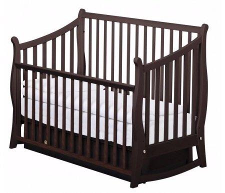 Кровать MAGGY маятник орех шоколадныйКроватки для новорожденных<br>Кровать MAGGY маятник - замечательная модель, которая выполнена из массива бука. <br>В кроватке предусмотрена опускающаяся боковина и поперечный механизм качания.<br> <br>Есть два уровня фиксации матрасика, также присутствует выдвижной ящик для белья, который позволит хранить все необходимое под рукой.<br> <br>В комплекте 2 типа ограждения: опускающееся высокое и низкое для того, чтобы ребенок мог самостоятельно вставать с кроватки.<br> <br>Если снять боковину полностью, то данная модель станет удобным диванчиком для малыша.<br> <br>Размер матраса: 65 см х 125 см.<br>