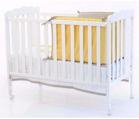Кровать Micuna Baby Giraffe белаяКроватки для новорожденных<br>Детская кроватка Micuna Baby Giraffe подарит позитивное настроение на весь день и маме, и малышу благодаря смешному детскому дизайну, удобству и комфортабельности. Она выполнена из древесины испанского бука, что делает ее крепкой, надежной и при этом легкой. При необходимости кроватку можно быстро передвинуть за счет колесиков на ножках. Для устойчивой фиксации колеса дополнены блокираторами, что повышает безопасность. Для ее изготовления в Испании используются только экологические чистые материалы: натуральная древесина бука (из него выполнено основание кроватки) и МДФ. <br> <br>  Характеристики:<br>    <br>  - приятный европейский стиль исполнения, отличающийся лаконичными формами, ненавязчивым дизайном и приятной цветовой гаммой.<br>    <br>  - ложе регулируется по высоте в трех позициях; <br>    <br>  - веселое и позитивное оформление детской кроватки рисунком.<br>    <br>  - все лакокрасочные покрытия, используемые для данной модели, сделаны из натурального сырья и не выделяют вредных для здоровья ребенка веществ.<br>    <br>  - снятие бокового бортика превращает кроватку в диванчик.<br>    <br>  - поставляется с полиуретановым матрасом.<br>    <br>  - безопасные крепления элементов кроватки, скрытые от глаз ребенка.<br>    <br>  <br>    <br>  Размер матраса: 117 см х 57 см.<br>