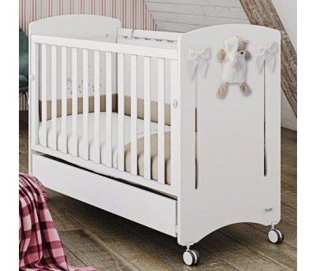 Кровать Micuna Dou-Dou Relax whiteКроватки для новорожденных<br>Micuna DouDou – это классика старинных форм и удивительная мягкость текстиля. В коллекции использованы классические светлые тона, строгость и простота линий, практицизм и функциональность, невероятно изящный и продуманный до мелочей декор. <br><br><br>  <br><br><br>Уютные детские кроватки от производителя из живописной Валенсии – это изящество технически продуманного стиля, чистота линий и идеальная сборка из древесных натуральных и безопасных материалов. Восточное побережье Испании – родина изумительных музыкальных инструментов и практической мебели, изготовленной из бука. Вспомогательными элементами в ней служат детали из МДФ, с применением в качестве основы природного полимера лигнина без фенола и эпоксидных смол. Кроватки покрыты специальными, экологически чистыми красками и лаками естественного происхождения, не испаряющими вредные вещества. <br><br><br>  <br><br><br>Преимущества: <br><br>- уютные округлые формы и стильный подход в решении дизайнерских и технических задач в кроватке для новорожденного. <br><br>- применение ортопедической системы Relax для изменения угла наклона ложа. Такая техническая функция позволяет малышу дышать полной грудью, избегать накопления в организме газов, исключать риск удушья при срыгивании. <br><br>- быстрое изменение высоты ложа по двум позициям. <br><br>- оптимальное регулирование одного из боковых бортиков по вертикали с возможностью полного снятия. <br><br>- использование в качестве основного материала для изделия – древесины из бука и лакированных деталей из МДФ. <br><br>- комплектация изделия по новейшим креативным технологиям. <br><br>- наличие в комплекте плюшевой игрушки и декоративных бантов.<br>