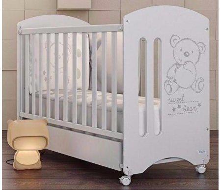 Кровать Micuna Sweet Bear BasicКроватки для новорожденных<br>Красивый декор кроватки Micuna Sweet Bear Basic в виде медвежонка порадует вашего малыша и создаст позитивную и уютную атмосферу в детской. Помимо этого модель отличается функциональностью и непревзойденным удобством для родителей. Испанский бренд Micuna использует для изготовления кроваток для новорожденных только экологически чистый массив бука, из которого выполнено основание кроватки, и МДФ, применяемое для второстепенных деталей. Лаки и краски, применяемые для декорирования, сделаны из натурального сырья. Кроватка поставляется вместе с матрасом из полиуретана и мягкими бортиками. <br> <br>  Характеристики:<br>    <br>  - опускающиеся боковые бортики облегчают доступ к малышу;<br>    <br>  - двухуровневая регулировка высоты ложе;<br>    <br>  - кроватка легко трансформируется в детский диванчик при снятии одного бортика;<br>    <br>  - ножки дополнены колесиками с надежными стопорами;<br>    <br>  - безопасные винтовые крепления, спрятанные под заглушками.<br>    <br>  <br>    <br>  Размеры матраса: 117 см х 57 см.<br>    <br>  Вес с упаковкой:20,34 кг.<br>