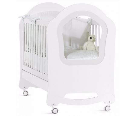 Кровать Princier bianco (белый)Кроватки для новорожденных<br>Кроватка оснащена:<br>                <br>                  - регулируемым по высоте основанием;<br>                <br>                  - силиконовыми накладками на бортики;<br>                <br>                  - съемной стенкой;<br>                <br>                  - съемными колесами.<br>                <br>                  Материал: массив дуба / МДФ.<br>                <br>                  Ложе регулируется по высоте в двух положениях.<br>