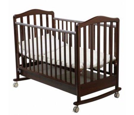 Кроватка Винни chokolo (шоколад)Кроватки для новорожденных<br>Удобная и функциональная кроватка Papaloni Винни выполнена в классическом лаконичном дизайне, который удачно впишется в интерьер детской. Функциия качалки поможет родителям быстро успокоить и уложить малыша. Передняя стенка опускается, за счет чего ребенка удобно брать на руки или менять простыни. <br>  <br> <br> <br>По мере того, как малыш подрастет, можно переставить основание для матраса в более низкое положение и полностью убрать боковину. Благодаря этой функции использовать кроватку можно для детей от нуля до четырех лет. Кроватка оснащена подвижными самоориентирующимися колесиками со стопорами. В целях безопасности все углы конструкции сглаженные, а боковины оснащены ПВХ-накладками. Материал каркаса ? прочная и долговечная древесина бука. Под дном кроватки расположен выдвижной ящик для хранения белья или одежды малыша.<br>
