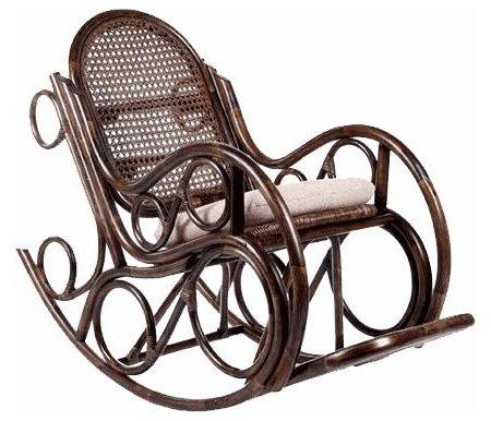 Кресло-качалка Novo с подушкойКресла-качалки<br>Кресло-качалка Novo с подушкой - удобная модель, которая выполнена в классическом стиле.<br> <br>Подходит как для помещения, так и для улицы.<br> <br>Оснащена подножкой и мягкой подушкой.<br><br>Ширина сиденья: 52 см<br>Ширина: 60 см<br>Глубина сиденья: 52 см<br>Глубина: 140 см<br>Высота сиденья: 48 см<br>Высота: 110 см<br>Материал каркаса: ротанг<br>Цвет каркаса: орех, коньяк, золотой мед<br>Материал подушки: ткань