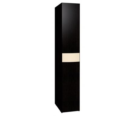 Шкаф однодверный для белья Амели 12Шкафы<br>На фасаде двери имеется гнутая ручка, обтянутая винилкожей цвета топленого молока. Сторону открывания можно выбрать при сборке.<br>